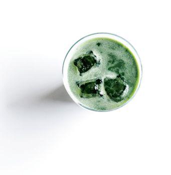 Grøn juice af spinat, appelsin og ingefær