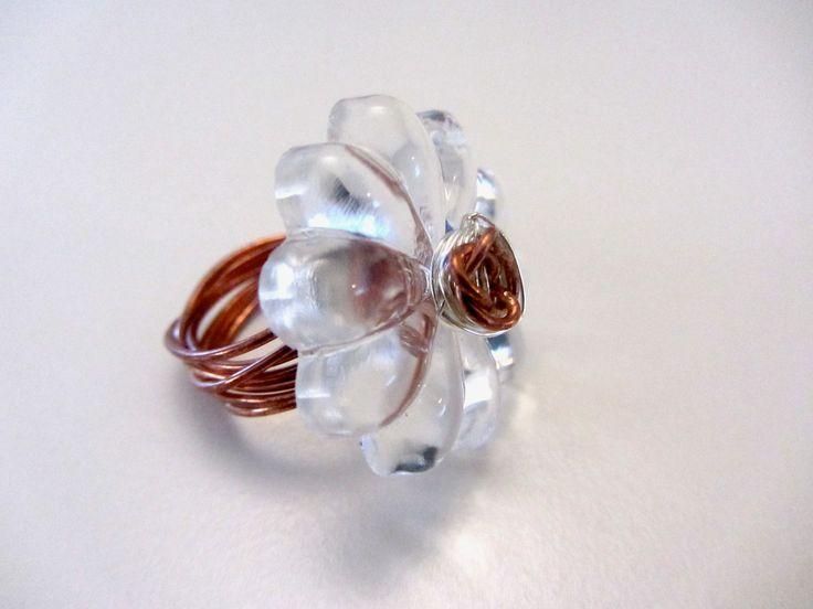 Anello realizzato con cristallo trasparente a forma di fiore di vecchio lampadario e filo di rame