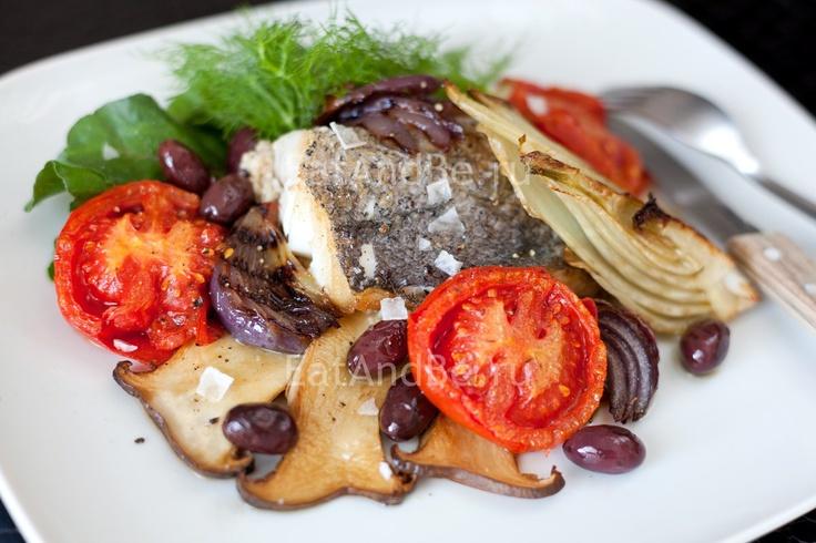 Жареный хек с белыми грибами, запечённым фенхелем, сладким луком и помидорами