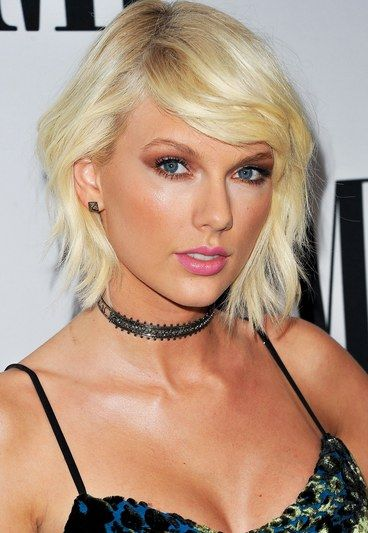 Up until recently Taylor Swift has been known for her classic beauty look. But the celebrity singer's latest makeover is a total '90s throwback with bleach-blonde, shaggy hair, smoky eyes, pink lips and, for a modern touch, contoured cheeks.