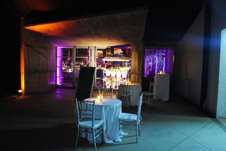 Iluminación exterior.  Puedas dar a distintos sectores, una tonalidad distinta, ayuda a vestir los espacios y dividirlos!  #Matrimonio #Wedding #Novios #Novia www.mievento.cl :: contacto@mievento.cl