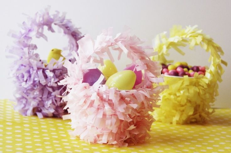 süße Osterkörbchen mit Papier in sonnigen Pastellfarben dekorieren