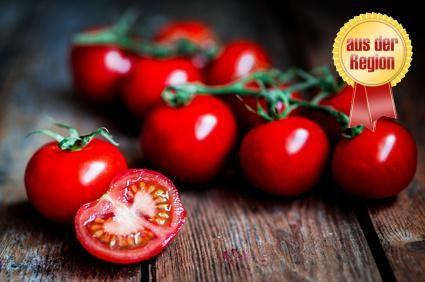 Cherry-Tomaten - Ihren Namen hat diese #Tomatensorte aufgrund ihrer der Kirsche ähnlichen Größe. Die #CherryTomate ist vor allem wegen ihres süßlichen Aromas beliebt und ist außerdem aromatischer als größere Tomatensorten. Sie eignet sich besonders als #Snack für zwischendurch und wird häufig auch als Cocktail-oder Partytomate bezeichnet. Auch im Salat besticht die Cherry-Tomate durch ihr intensives Aroma.