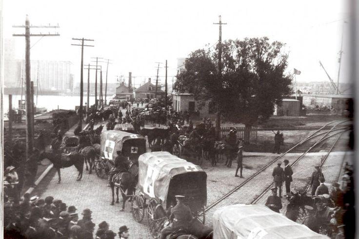 Embarquement d'un premier contingent De soldats canadiens au port de Québec, octobre 1914 (Photo Ministère de la Défense nationale)