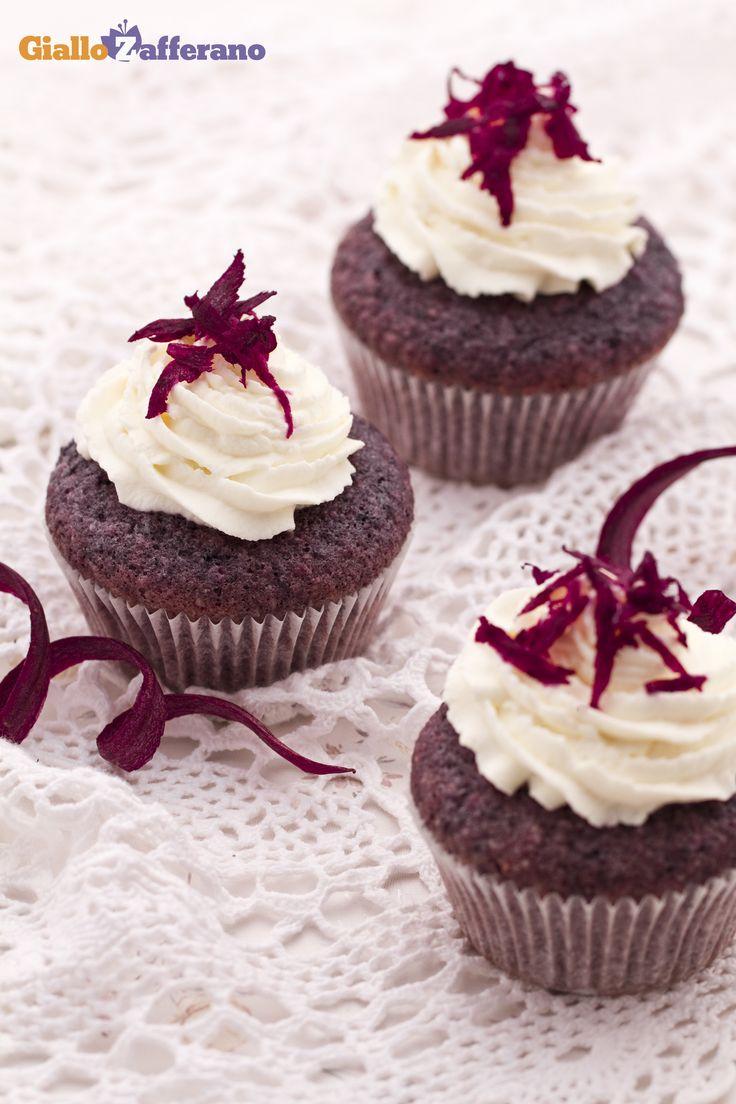 I #CUPCAKE alle CAROTE VIOLA (purple carrot cupcakes) sono dei deliziosi e soffici tortini di carote e mandorle, che si contraddistinguono per il particolare colore violaceo. #ricetta #GialloZafferano #italianrecipe