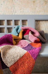Die Patchwork-Decke ist ganz einfach nachzustricken. Sie besteht aus einzelnen Quadraten in zwei unterschiedlichen Größen und zehn verschiedenen