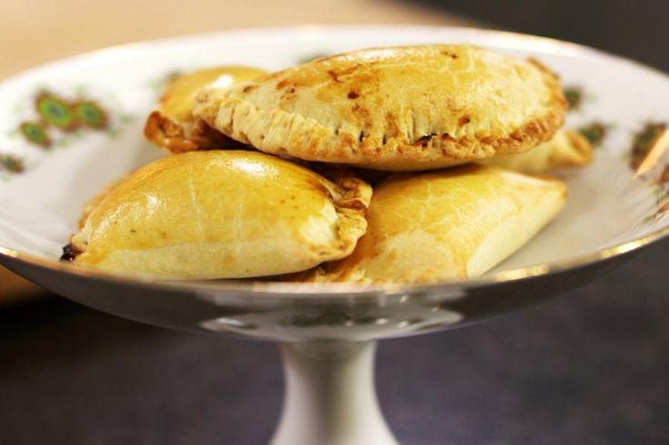 Empanadas bestaan in zovele vormen. De (hartig) gevulde gebakjes zijn vooral populair in Zuid-Europa en in Latijns-Amerikaanse landen. Empanadas zijn een origineel tussendoortje en ze zijn ook bijzonder geschikt als aperitiefhapje. Met de vulling kan je alle kanten uit. In dit recept stopt Jeroen er een vegetarische mengeling in, op basis van verse paddenstoelen en zachte Italiaanse ricotta.