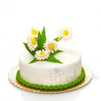 Tortul Margo este alegerea perfecta ce va tine loc atat de desertul aniversar cat si de buchetul de flori. Cu un decor decor realizat din margarete si frunzulite de martipan, poti alege dintre 5 tipuri de compozitie delicioase.