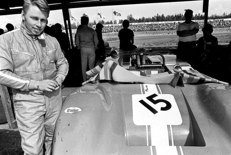 Leo Kinnunen autonsa luona vuonna 1970. Valokuvauksen harrastaja Timo Snällström ihaili kovasti tunnetun moottoriuheilukuvaajan Holger Eklundin työskentelyä, onneksi kisoihin kelpasi pressipassiksi iso kameralaukku.