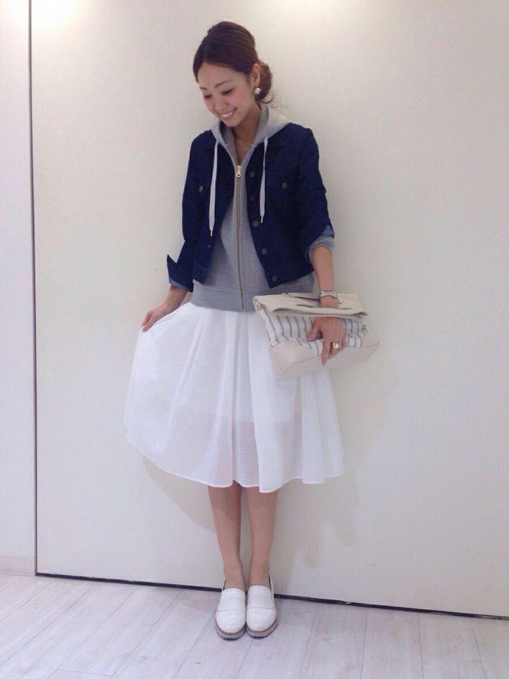 31 Sons de modeのパーカーを使ったショップスタッフ ai♡さんのコーディネートです。│春おすすめコーデ♪白のミモレ丈スカート...