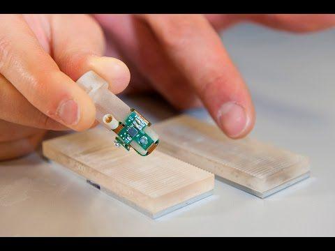 Un doigt bionique qui ressent des textures - Le Temps. Une équipe de l'EPFL a développé une prothèse bionique permettant de ressentir les textures. L'innovation a été testée sur un patient amputé d'une main