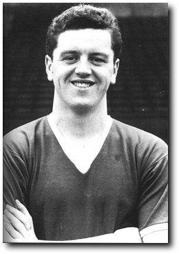 Tommy Taylor + Dead in the crash. Tommy Taylor, né le 29 janvier 1932 à Barnsley, mort le 6 février 1958 à Munich, est footballeur anglais, qui évoluait au poste d'attaquant à Manchester United et en équipe d'Angleterre.