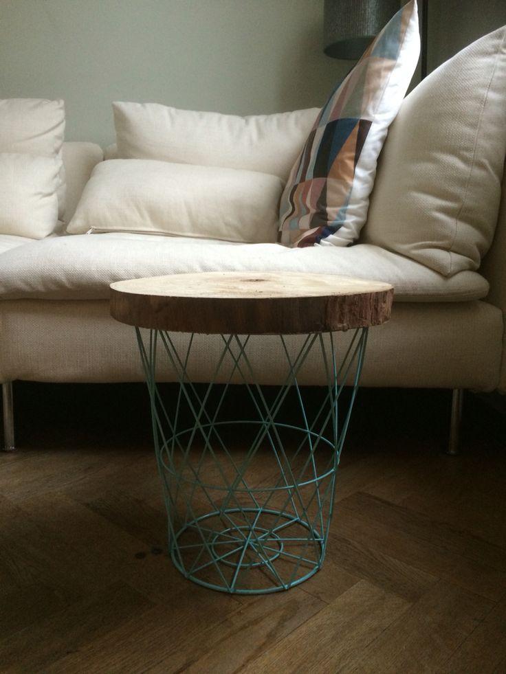 DIY bijzet tafeltje. Mand en houten schijf van Action (resp. €3,79 en €6,95