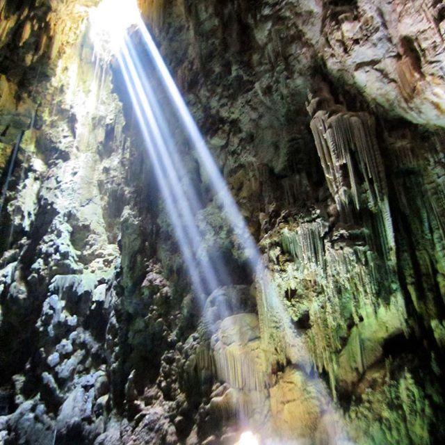 📍Bonito/MS 🇧🇷 Localizado à 23 Km do centro de Bonito, o Abismo Anhumas é considerado uma das cavernas mais profundas do Estado, sendo referência nacional para prática do mergulho em cavernas. 🔝🔝🔝 Um lugar surreal! E sabe o que mais? Seu único acesso está em uma fenda que se abre sob os pés, levando a um rapel de 72 m de altura, que equivale a um prédio de 27 andares (sim, eu fiz! OMG!). 😱😱😱 Ao chegar na caverna os aventureiros se deparam com um lago de 80 m de profundidade, cheio…