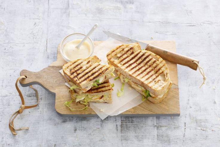 Uit de grillpan: tosti van oerbrood met gegrilde kip, sla en Parmezaanse kaas - Recept - Allerhande