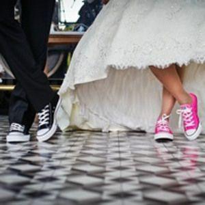 花嫁衣装にデニム&スニーカー!?結婚式のカジュアルウェディングドレスコーディネート画像