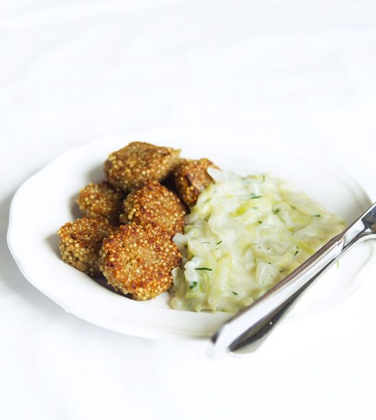 Quinoabiffar 4 dl grönsaksbuljong 2½ dl quinoa 1 burk vita bönor ½ dl maizena ½ gul lök, finhackad 1 tsk mörk soja 1½ tsk torkad oregano ½ tsk salt vitpeppar  Quinoabiffar. Koka upp grönsaksbuljongen. Tillsätt quinoan och koka i 12 minuter. Häll över quinoan i en bunke och låt svalna. Mixa eller mosa de vita bönorna. Blanda ner bönorna i quinoan tillsammans med maizena, finhackad lök, mörk soja, oregano, salt och vitpeppar. Forma till små biffar och stek i olja eller mjölkfritt smör tills de…