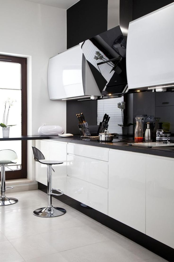 biała kuchnia czarna ściana