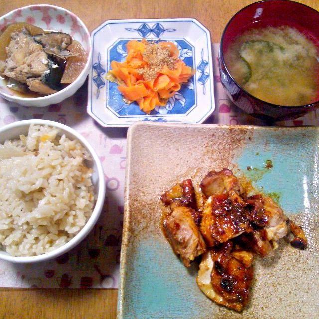余ったぶり大根の汁とぶりの一部、にんじん、大根を一緒にご飯と一緒に炊き込んだ~煮汁を2合に対して1カップいれたけどもっと多目でも良かった~おこわっぽい仕上がり - 7件のもぐもぐ - 2月26日 ぶり大根入り炊き込みご飯 ネギ塩チキン ぶり大根の残り にんじんのナムル風きんぴら お味噌汁 by sakuraimoko