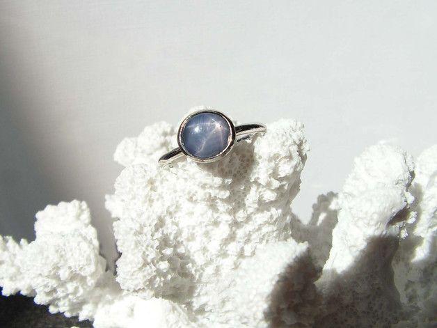 ♦♦♦  ♦ Dieser Ring ist ein wunderschönes Unikat ♦  Der blaue Saphir aus Burma leuchtet geheimnisvoll. Er ist als Cabochon geschliffen und hat 3,29 ct  Erst wenn die Sonne scheint,  enthüllt...