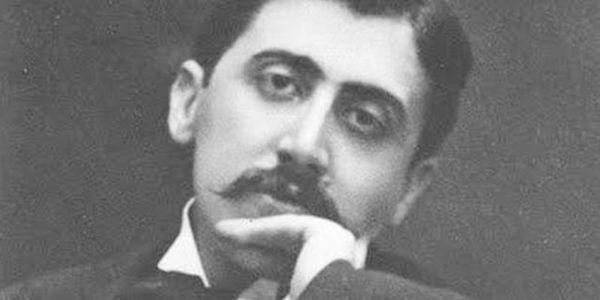 Questo filmato esplora il nesso che lega la vita e l'opera di Marcel Proust. Sulla scorta di brani della Recherche, letti da una voce fuori campo, visitiamo i luoghi dell'infanzia, della giovinezza  ...