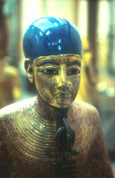 """Ptah """"Señor de la magia"""", era un dios creador. """"Maestro constructor"""", inventor de la albañilería, patrón de los arquitectos y artesanos. Se le atribuía también poder sanador. El dios tenía forma de hombrecillo con barba recta (los demás dioses egipcios la llevan curva), envuelto en un sudario, con un casquete en la cabeza, el collar menat, el cetro uas con el pilar Dyed y el Anj; también estaba sobre un pedestal, símbolo de Maat."""