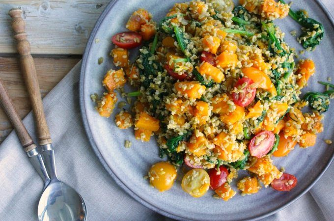 Met de voedzame tarwesoort freekeh kun je heerlijke salades maken. Bekijk hier het recept voor de freekeh salade met geroosterde pompoen en spinazie.