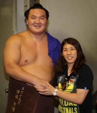 <大相撲名古屋場所9日目>吉田沙保里の激励を受け笑顔の白鵬