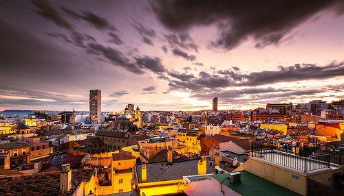 Hermosa vista del atardecer sobre la ciudad de Alicante. Hay tantos rincones por descubrir.  www.enjoyingalicante.com
