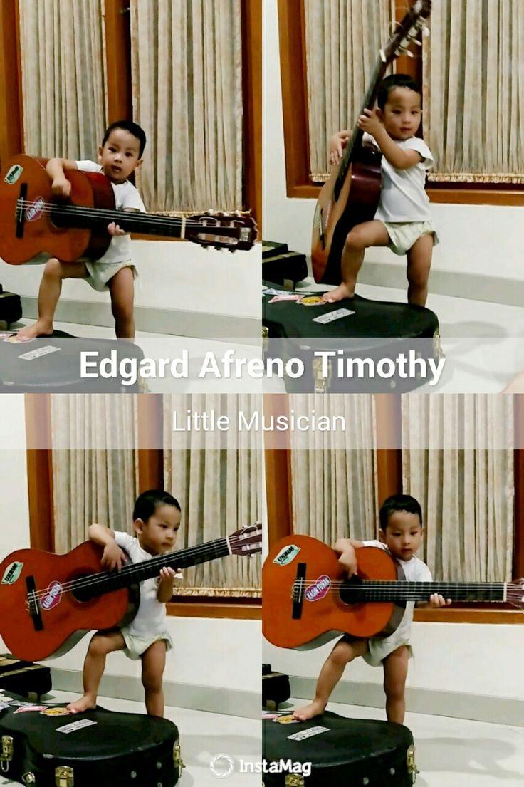 happy playing guitar..aksinya bikin semua orang gemes...