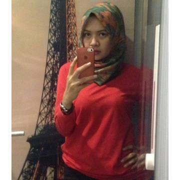 Wanita Jilbab Merah menyala,