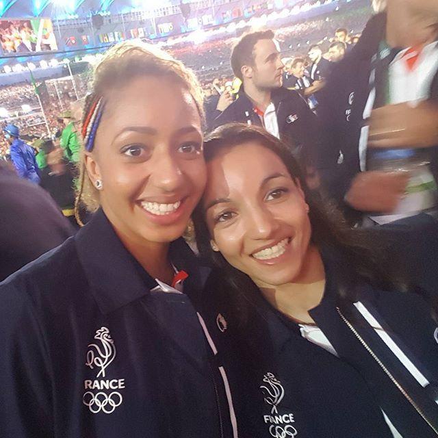 Sarah Ourahmoune avec Estelle Mossely. Cérémonie d'ouverture des JO!! Inoubliable ✌#rio #olympics #teamfrance