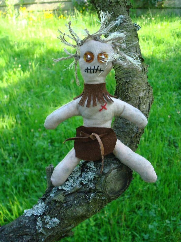 Woodoo primitive Nevíte dne ani hodiny, Woodoo do každé rodiny! Ručně šitá figurka Woodoo primitive, velikost cca 18 cm, plněno dutým vláknem.Wodoo jiskří záhadnou energií a navozuje tajuplné pocity. Řekne-li se Woodoo, vybaví se nám černá magie, zaklínání, uhrančivé čarodějnice a šamani, extatické tance a halucinogenní blouznění. Woodoo - to je síla a moc, ...