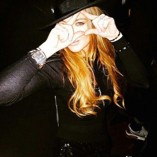 """#Illuminati Lindsay Lohan (qien podría estar actualmente en estado Beta Kitten) haciendo alusión al """" ojo q todo lo ve"""" mientras estaba en un concierto de Kanye West. Ella estaba tan orgullosa de su fotografía q la posteó en Instagam."""