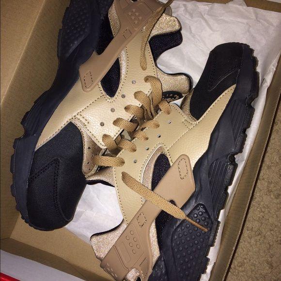 Nike Air Huaraches Sz 8.5 Mens Tan/Oxford Nike Air huarache, worn twice, slight unnoticeable creases. Nike Shoes Sneakers