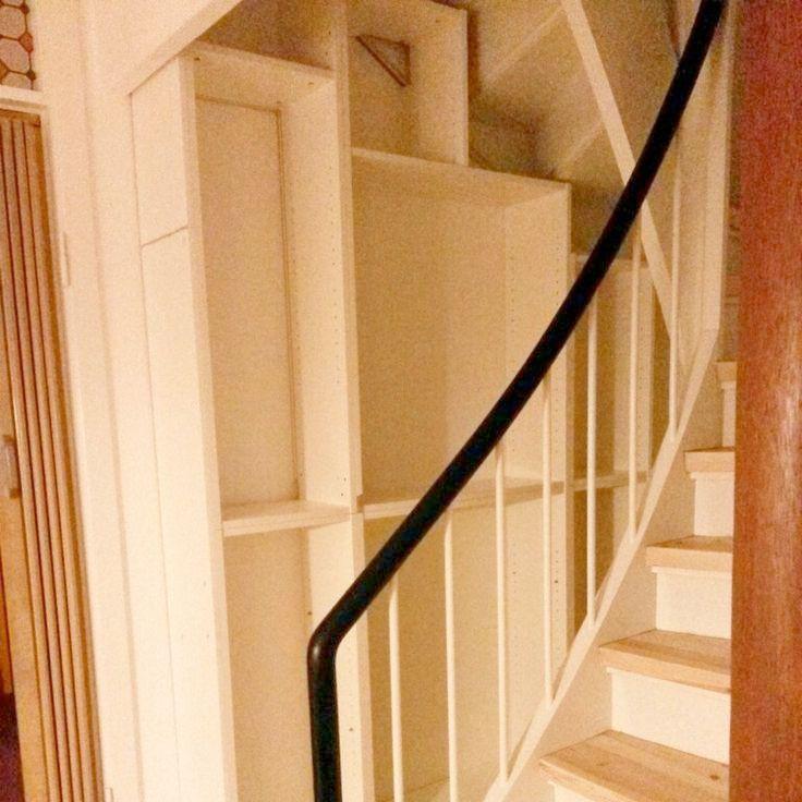 Reol under trappen 2. Fotoet er elendigt, men det giver en ide om hvad de sammenbyggede reoler er ved at blive til. De forskellige højder passer med trappens underkant.