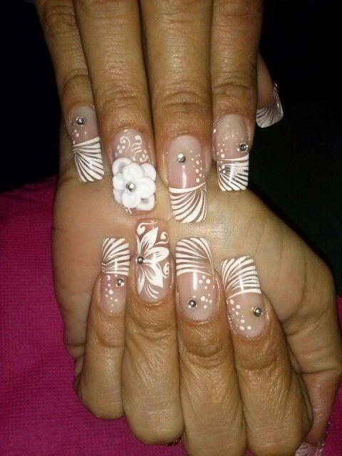 Uñas esculpidas ..decoradas a mano alzada con pintura acrilica en blanco y critales ..ideal para una boda...♡♡