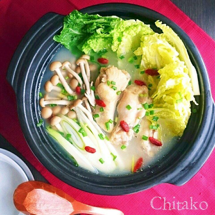 今日の東京は極寒雪混じり~(ToT) そんな日にぴったりの一品です♪ お鍋に全部入れたら ほったらかし♡ 食材も超少なく 骨付き肉ならではお出汁で調味は塩だけでOK◎ 旨味たっぷりの極上スープの完成です(*´人`*) 韓国料理の中でも人気の参鶏湯は 薬膳スープとも言われ 少々の風邪なんて吹き飛ばしちゃう! とろみがつくので身体の芯まで暖まります♪ 煮詰まり過ぎたりした時は水を足して下さいね にんにくは皮を剥き、 切らずにコロコロのまま使います◎ 昔から作っている大好きなレシピの鍋アレンジです(*´︶`*) もちろんスープとして頂いてもOK◎ おもてなしにも喜ばれますよ♪
