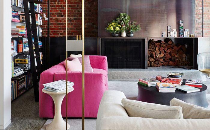 Яркий акцент: розовый диван в гостиной