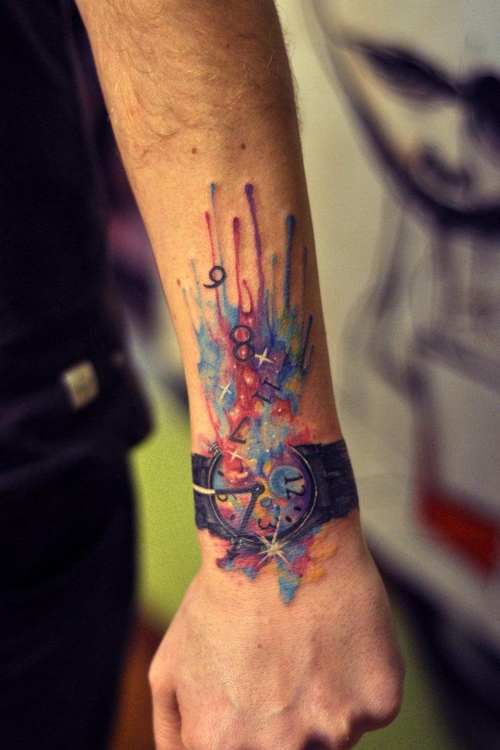 tatouage en couleurs avant-bras et poignet: montre cassée