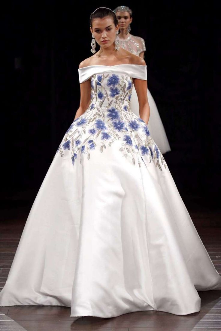 Abiti da sposa colorati - Abito con fiori azzurri Naeem Khan