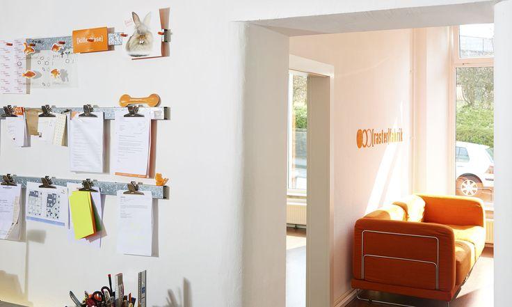 werbeagentur, [raster]fabrik gmbh, style, orange, sofa, büro, infoleiste