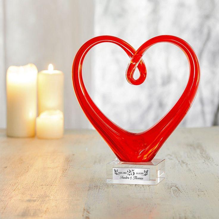 Pokal zur Silberhochzeit. Rotes Herz aus Glas mit Gravur. Tolles persönliches Geschenk. #Silberhochzeit #Geschenk
