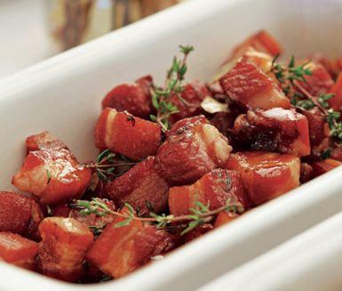 Supergott sirapsfläsk som går snabbt att tillaga. Börja med att koka ihop sirap, lagerblad, vinäger, pepparkorn och timjan före du lägger i bitar av sidfläsk. Rätten är klar när såsen börjar få en sirapsliknande konsistens. Dekorera gärna med timjan.