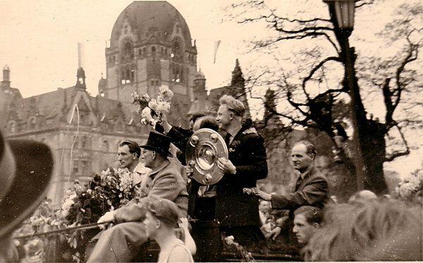 Hannover 96 im Jahr 1954 - Deutscher Meister vor dem Rathaus