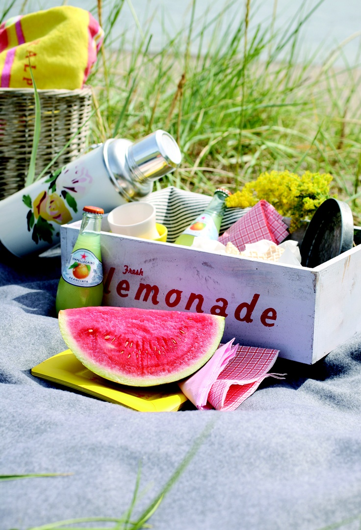 beach picnic.... in love with the use of crates to haul picnic things, food, cloth napkins, thermos (and turns into a tiny table)