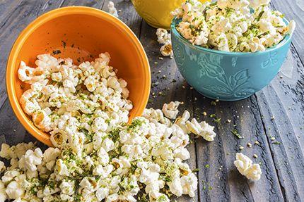 Condire il popcorn:burro, pepe rosso, erba cipollina, sale, cannella e poco zucchero/parmigiano