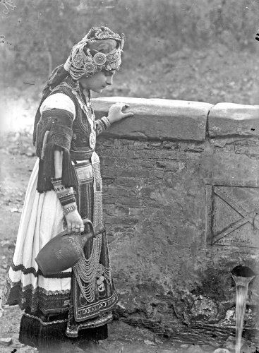 Καραγκούνα στη βρύση. Τρίκαλα, 1930 Περικλής Παπαχατζιδάκης
