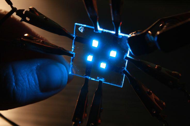 """La prossima grande novità nell'illuminazione potrebbe comparire sotto forma di pellicole luminose che consumano la metà rispetto a un sistema equivalente di luci fluorescenti, e che possono essere laminate a pareti o soffitti. Le pellicole conterranno """"LED"""" organici, altrimenti dette """"OLED"""" – la stessa tecnologia utilizzata in alcuni televisori ultrasottili e smartphone."""