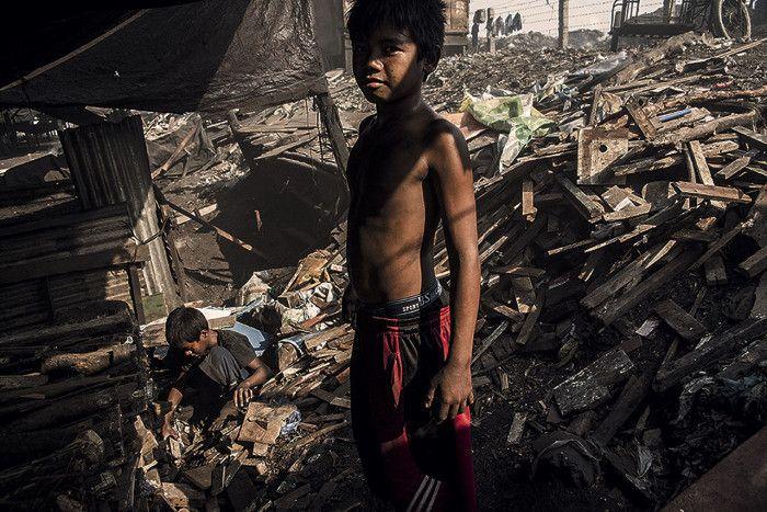 Les enfants des Montagnes Fumantes - Manille, Philippines © Manu Mart.